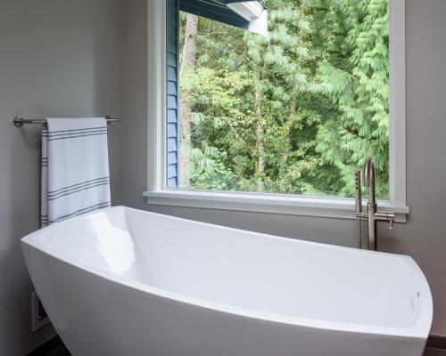 Stand-alone soaking tub
